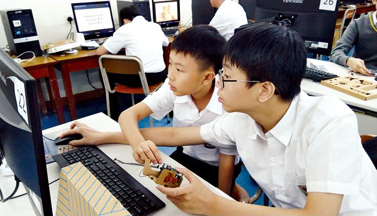 學生努力學習數碼編程。