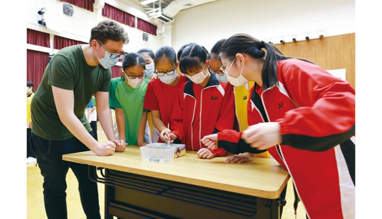 學校以「終身學習,全人發展」為原則,制訂課程目標,以培養學生知識、技能和品德,發展潛能,將來回饋社會。
