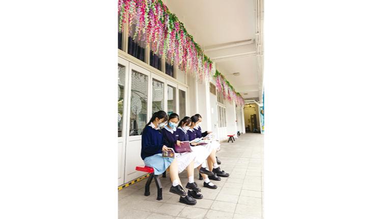 同學們在紫藤花下閱讀。