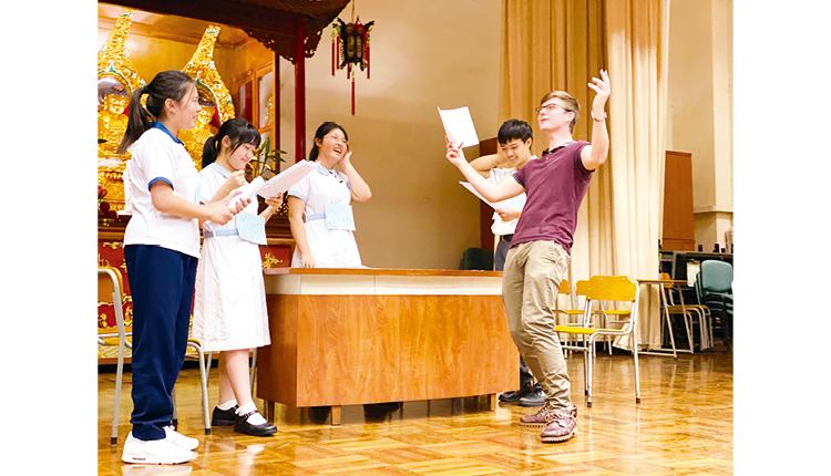 學生與外籍老師綵排音樂劇,在輕鬆的環境下培養使用英語的自信。