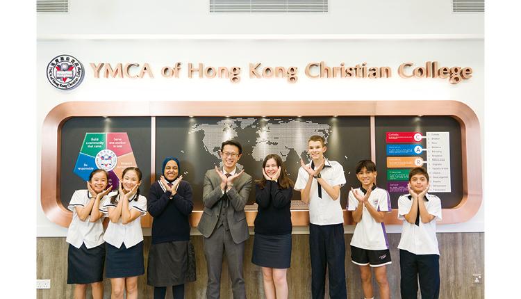 由於學校位處東涌,接觸較多外籍人士,形成了先天的優勢,學生日常溝通以英語為主,然而課程上又不會忽略中文一環,完全集本地與國際學校的優點於一身。