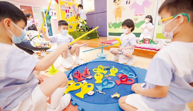 學校在40年間,一邊累積經驗,一邊與時並進,歷久常新,讓每一代孩子均有良好品德,有自信和快樂地成長。