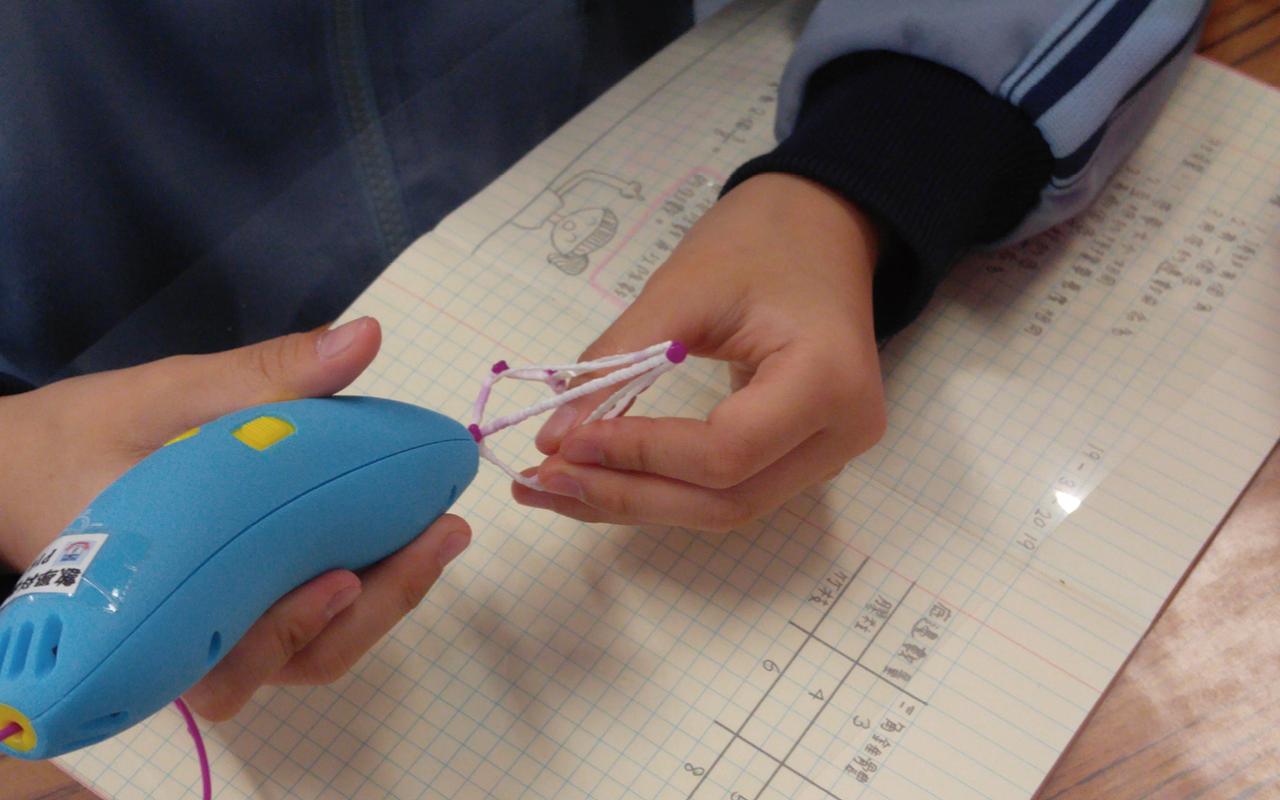 數學科課程更滲入STEM學習元素,例如引入「3D打印筆」學習立體圖形。