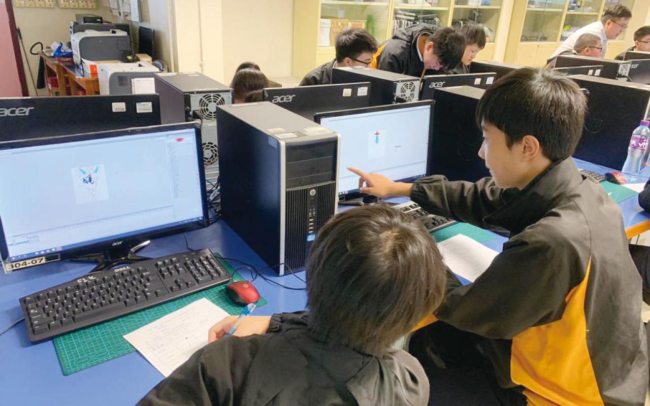 參加由「教育局中學校本課程發展組」舉辦的跨學科課程,製作全息投影。