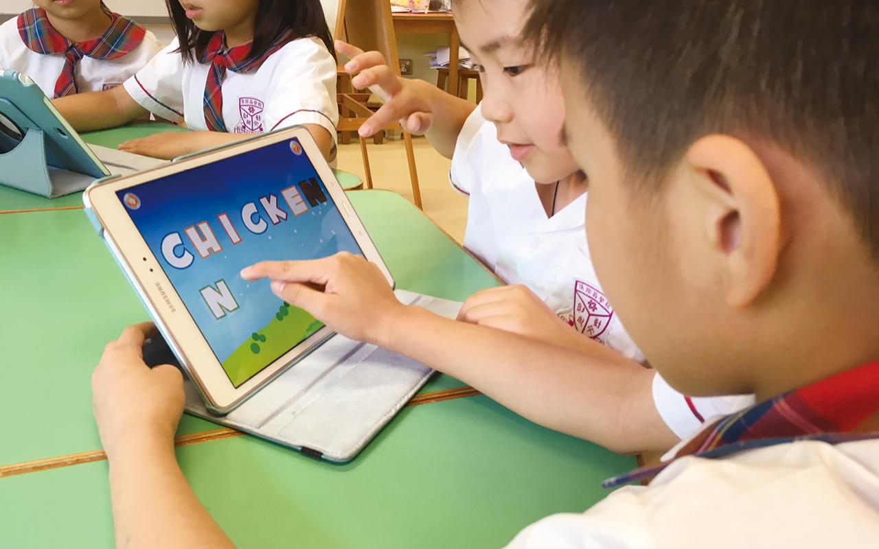 讓學生多接近外籍老師,多機會說日常英語,消除對學習英語的畏懼。