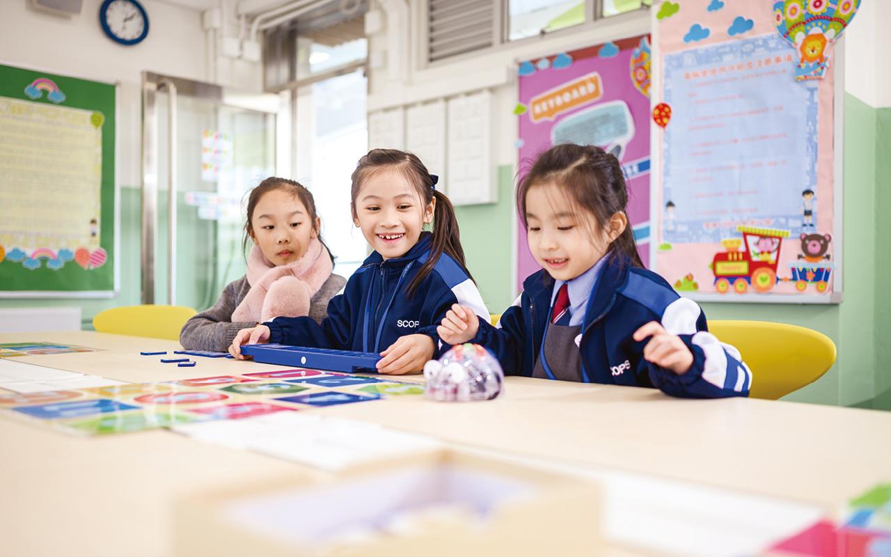 東華三院蔡榮星小學不只傳授學生英語知識,更力求培養他們對英語的熱愛,為此提供了完整而連貫的課程結構,旨在發展學生的讀寫能力。