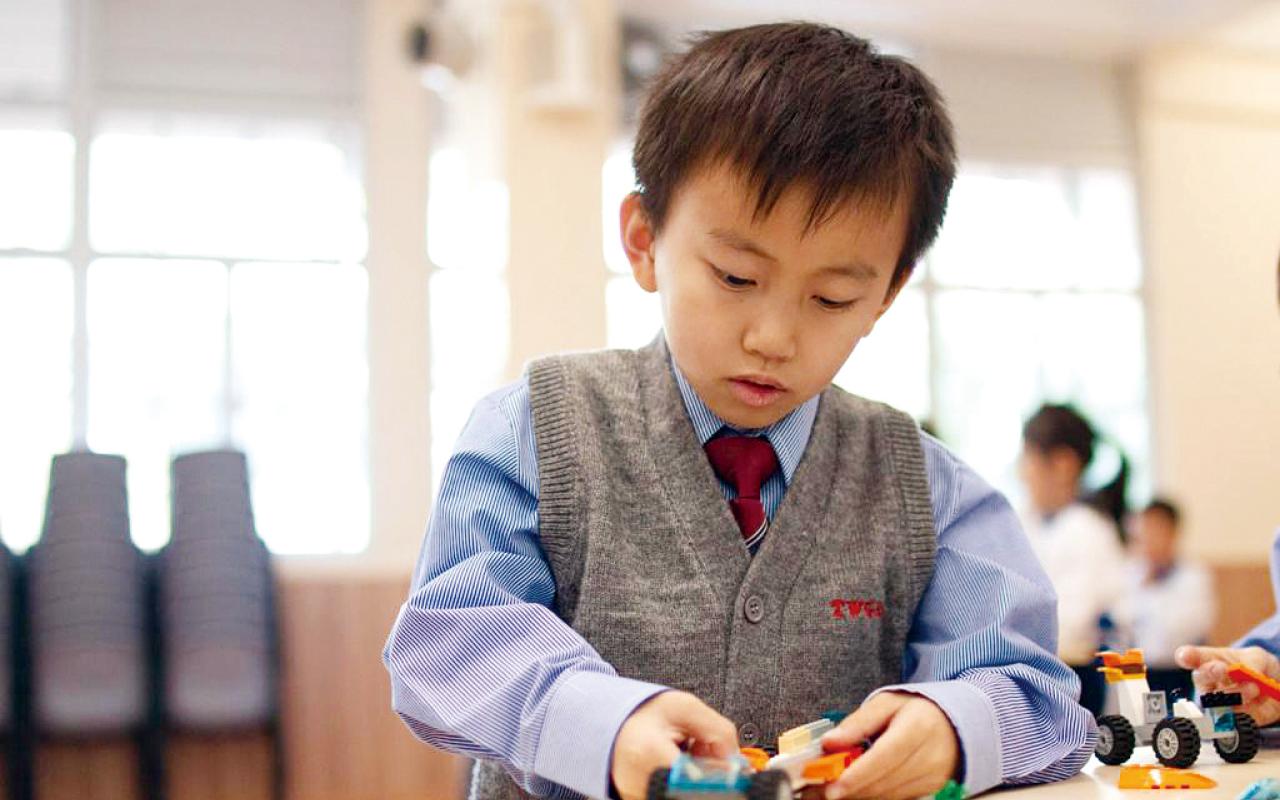 學校著重培養學生從生活中學習英語,以此習慣讀、寫、聽及說英語。