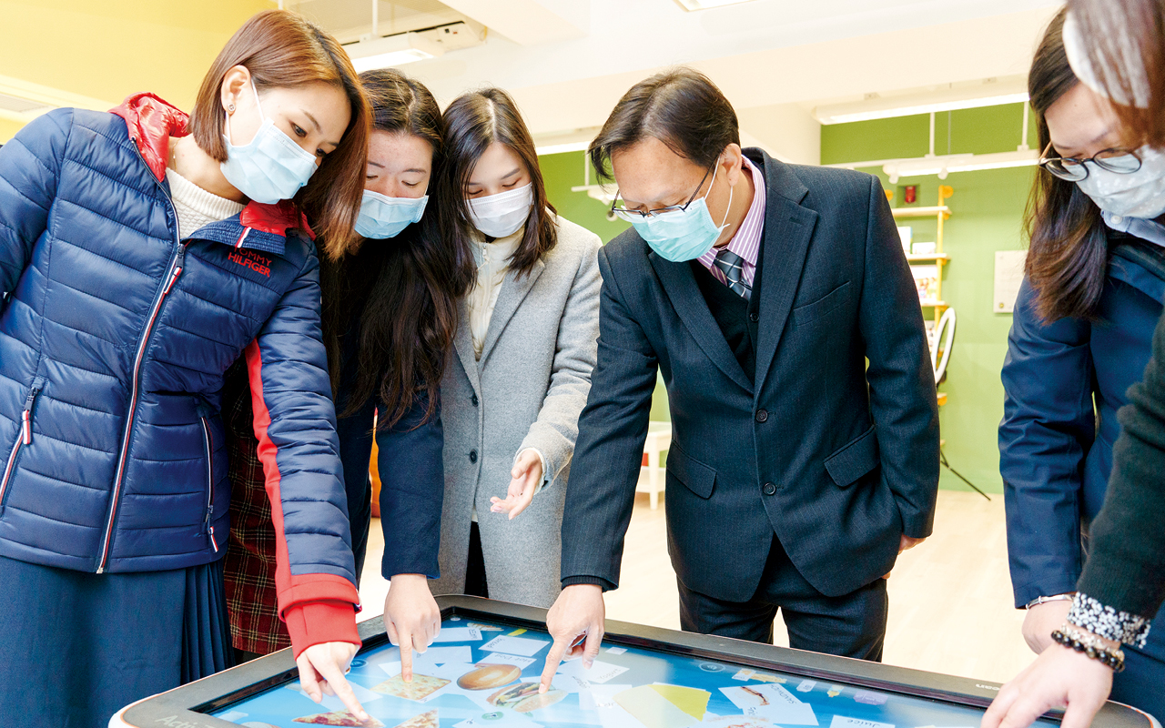 學校購買多張ActivTable 放在不同位置,讓學生小息時透過玩電子遊戲學習英文。