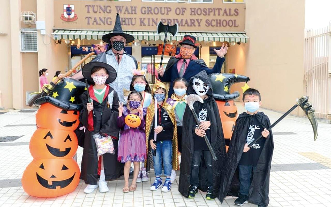 鍾校長與外籍英語老師一起與學生進行Halloween活動。
