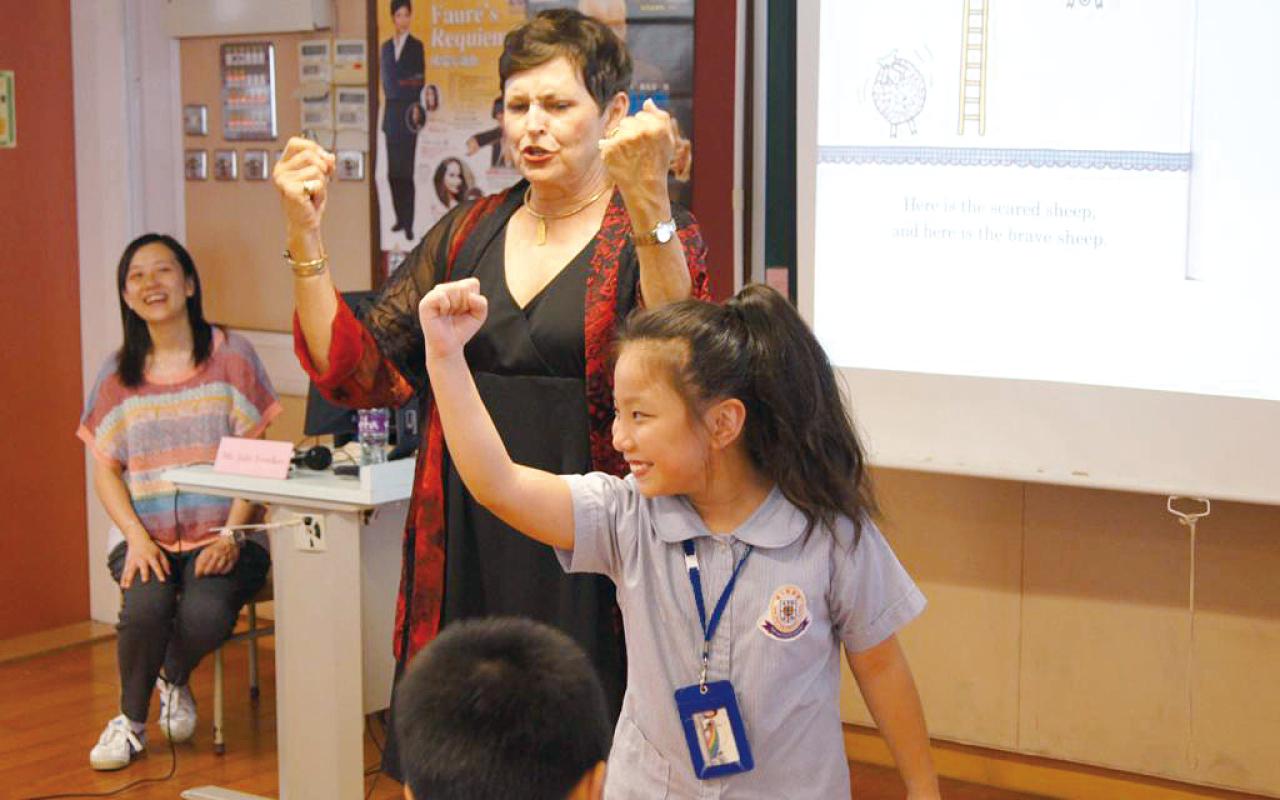 學校會在英語日籌辦各種遊戲和活動,鼓勵學生參與其中
