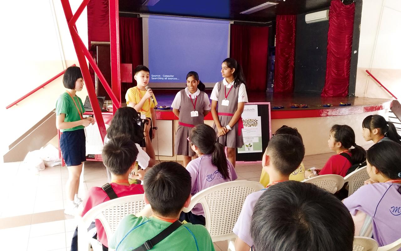 學校組織海外交流團,讓學生參觀當地國際學校,利用英語與不同國籍的學生進行交流。