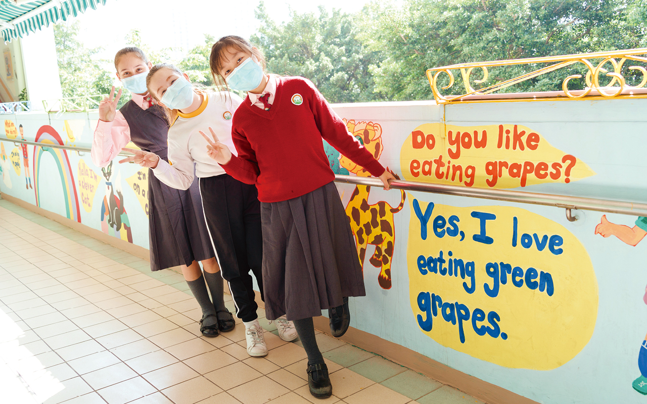 學校的教學策略強調活學活用,不主張死背詞彙,而是透過有趣的活動鼓勵學生用自己的語言去表達,引發他們運用英語溝通和學習的動機。