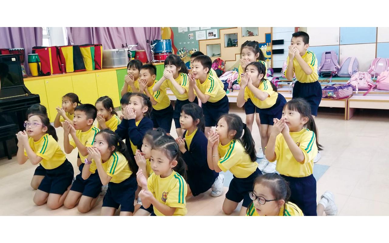 該校以 Pleasure 為英文教學特色,令學生學習英文充滿樂趣。
