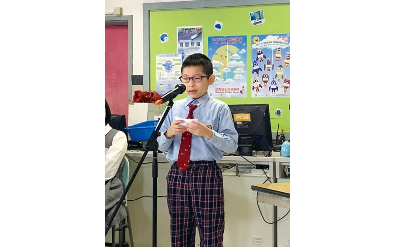 英文科老師教導學生不只閱讀書冊,而且要大聲朗讀出來。