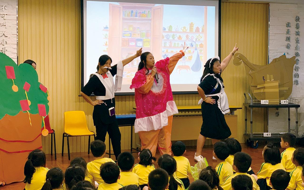 學校透過校本課程及多樣化的學習活動,提升學生英文科及其他學科的學力。