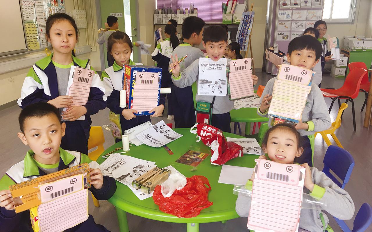 該校針對學生不同成長階段的學習需要,設計校本教材並對課程進行調適,透過不同類型的文本滲入及提供豐富運用英語的空間,幫助學生成為自主學習者。