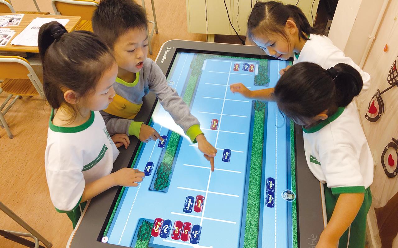 老師和英語大使會運用電子工具ActivTable及不同英文桌上遊戲,讓學生在遊玩和交談之中,靈活有趣地增加英語應用的時間。