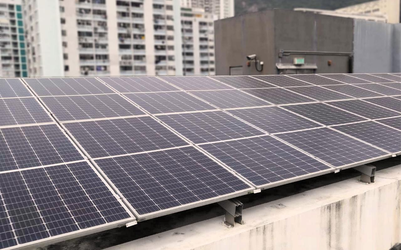 學校天台安裝太陽能發電板,善用可再生能源,並推動環保教育。