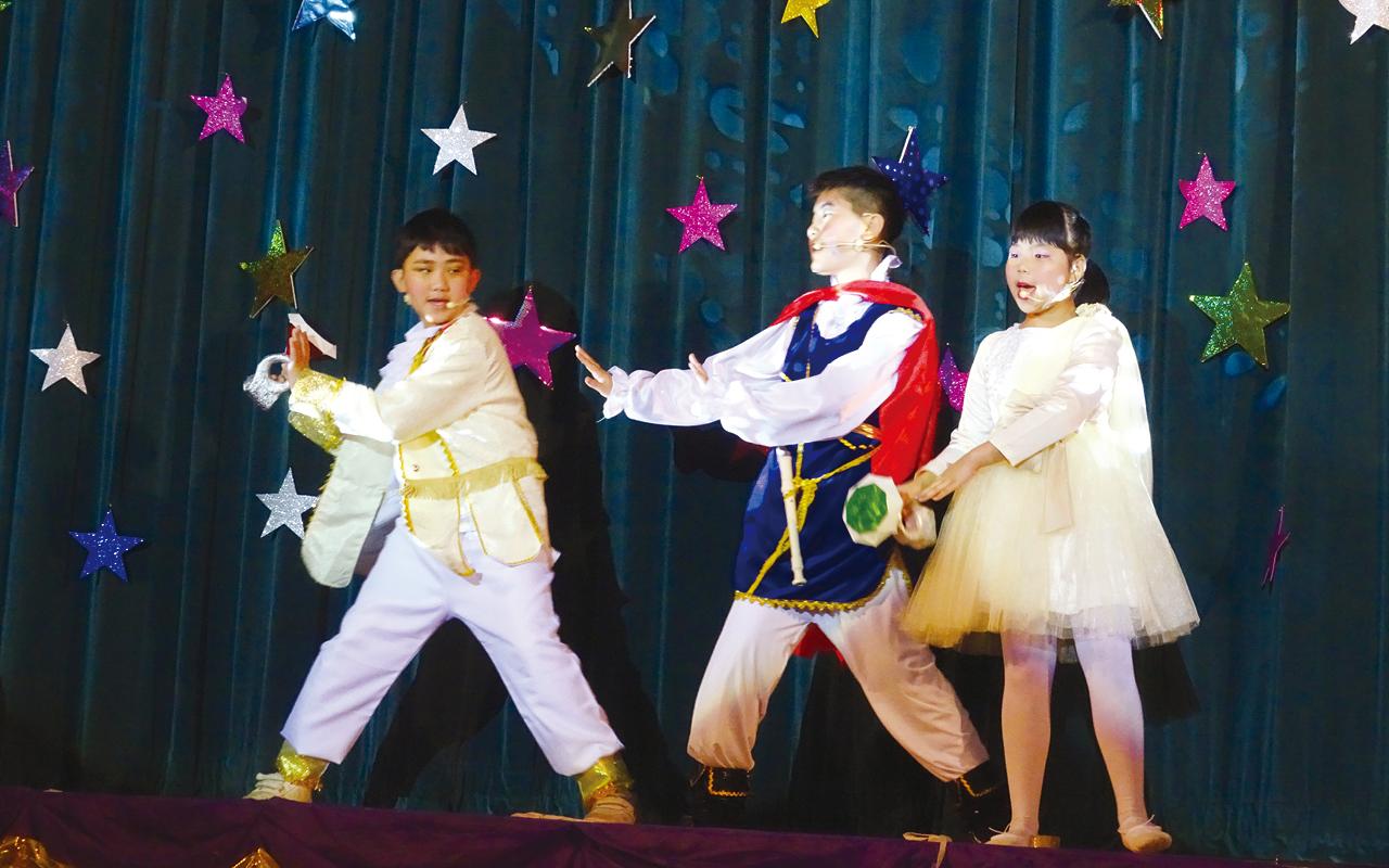 該校重點項目是英語音樂劇,配合校本輔導主題,製作原創的英語音樂劇。