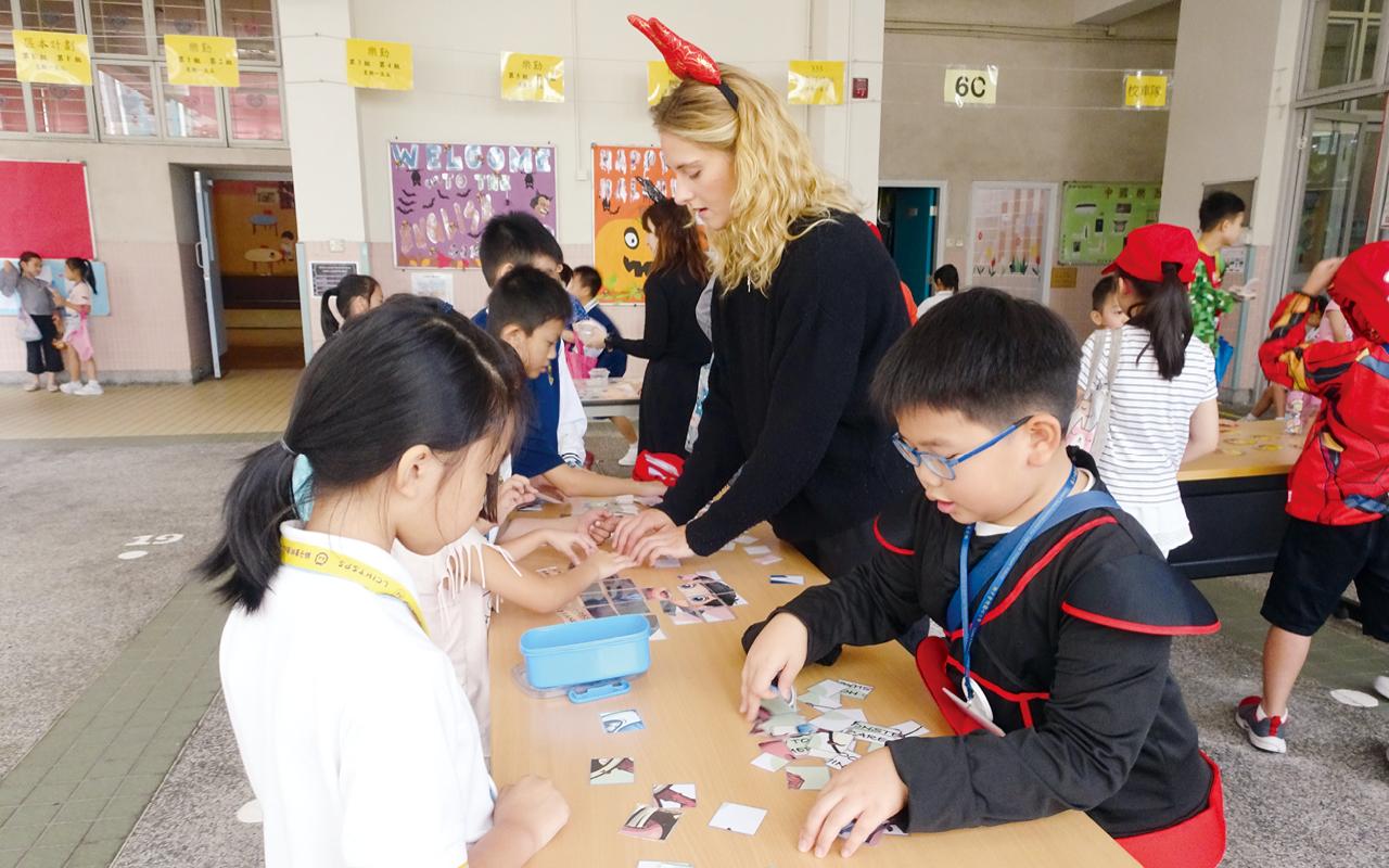 教學團隊在校園致力營造英語環境,並帶領英語大使推廣英語。
