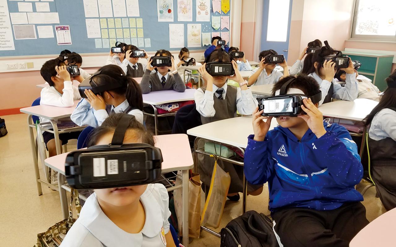 學生戴上虛擬實境裝置,體驗地震及雪崩的情況,感受震撼的場面,從而寫出一篇更真實、更有情感的文章。
