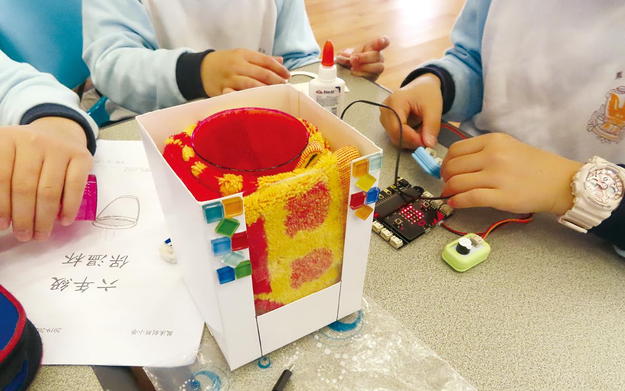 學生運用Micro:bit及温度感應器實時記錄保温杯內的温度變化數據。