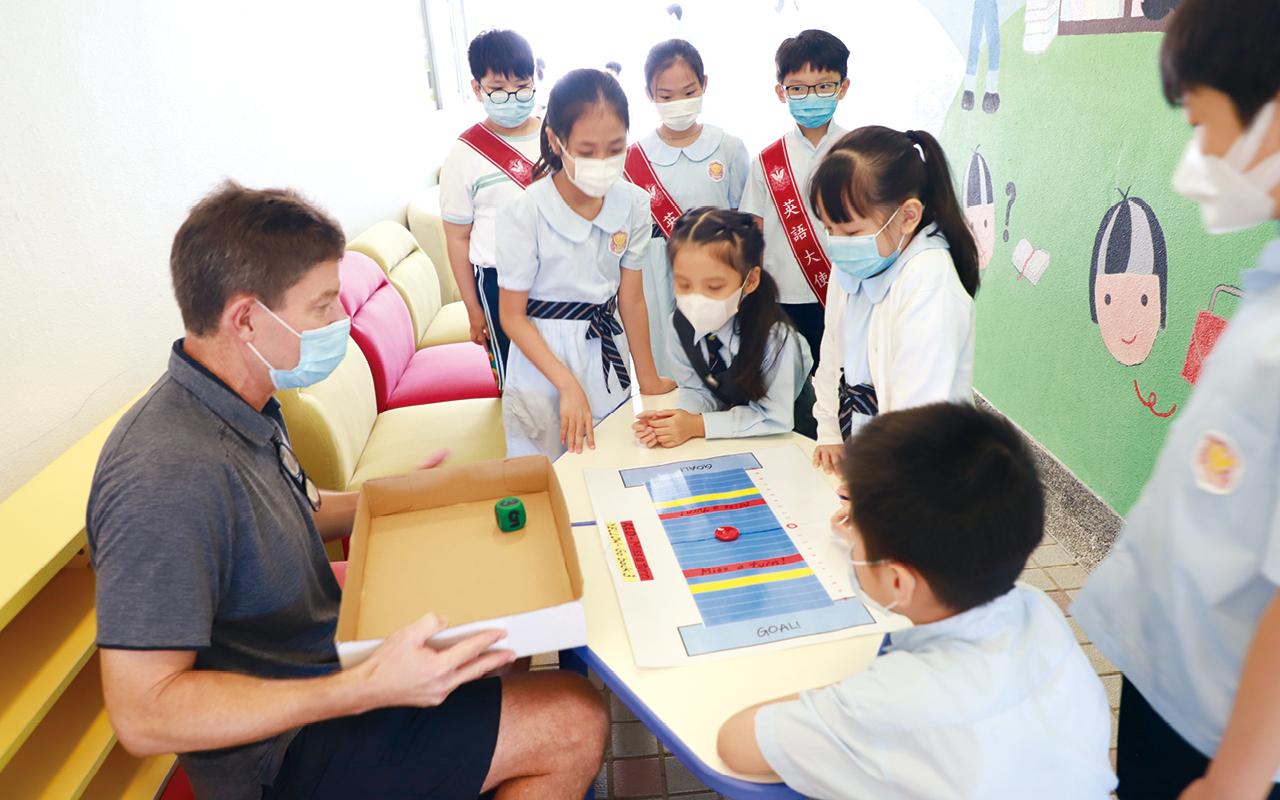 學生運用英語訪問外國遊客,並利用iPad即時輸入訪問所得的資料。