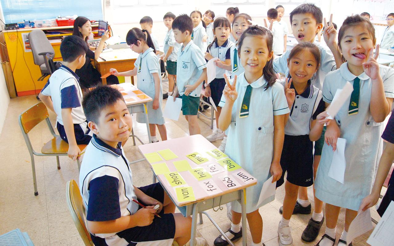 英文科透過聲情教學,以及與中文科和圖書科合作推動跨課程閱讀,為不同年級設計特定的閱讀策略,以提升學生的閲讀和寫作能力。