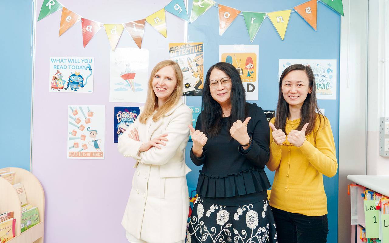 外籍老師和英語老師均會用英語與學生傾談,與他們進行互動遊戲,讓學生輕鬆愉快地學習英語。