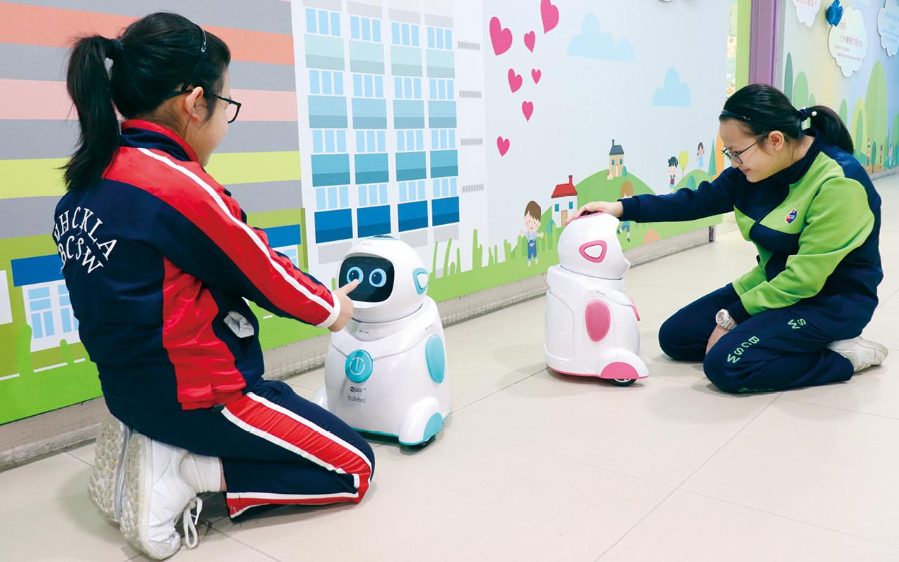 學生與機械人進行有趣的英語遊戲和互動