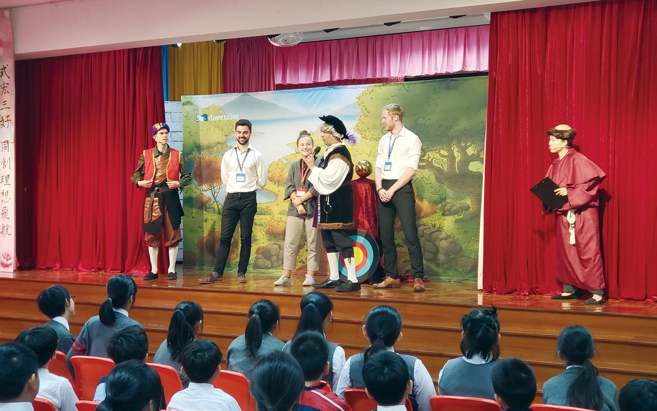 外籍老師化身演員與學生一同演出話劇