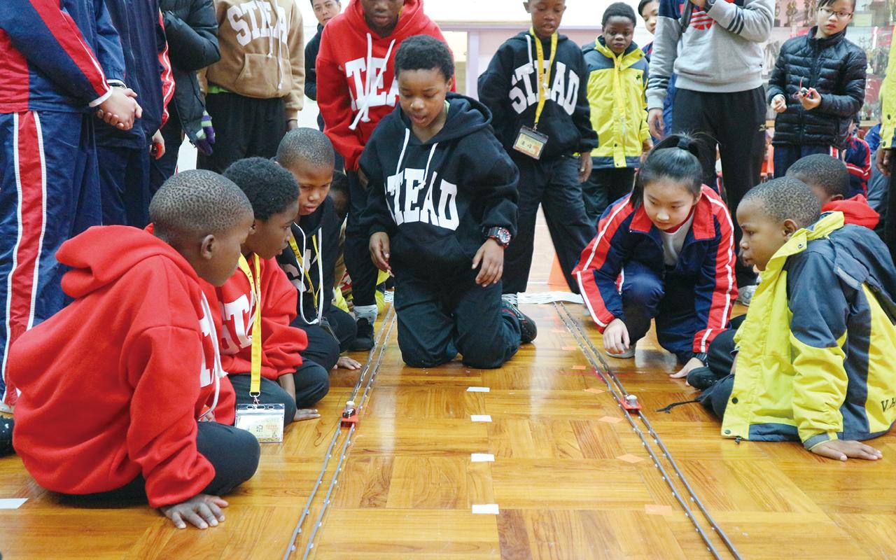 與非洲學童進行連年交流