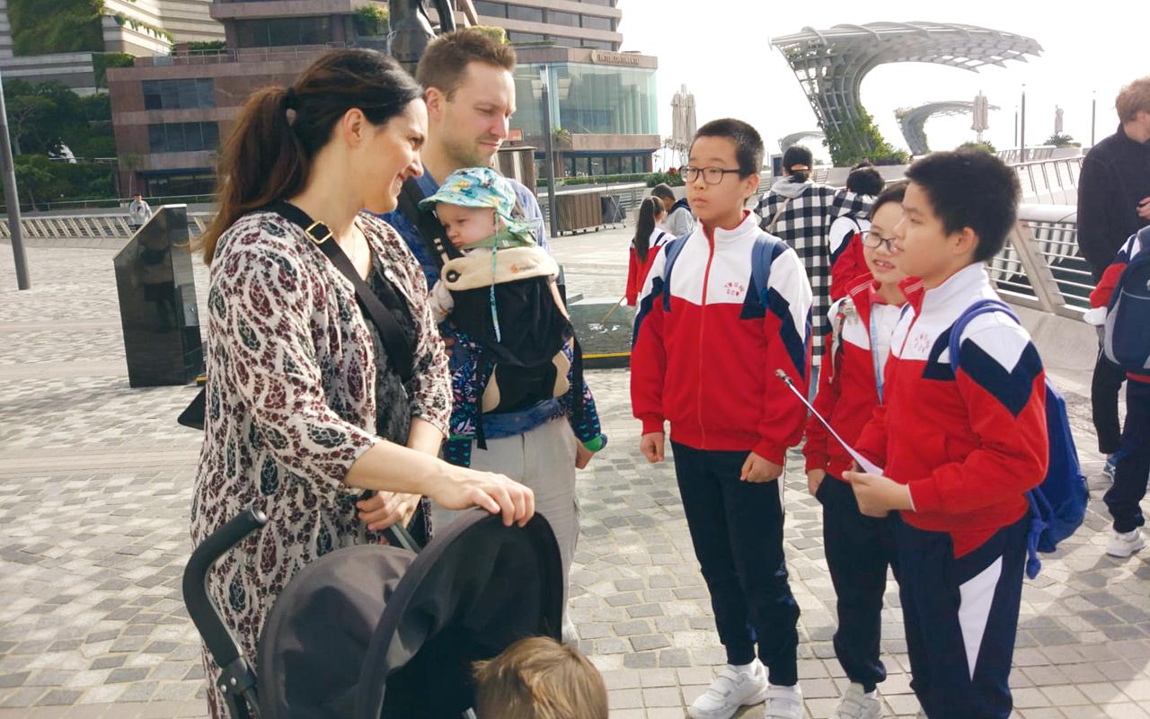學校更安排校外活動,帶學生到西貢、尖沙咀等遊客勝地,主動運用課堂上所學的英語溝通技巧,與外籍人士進行交流和訪問,提升聽說能力外,更能增加使用英語的信心。