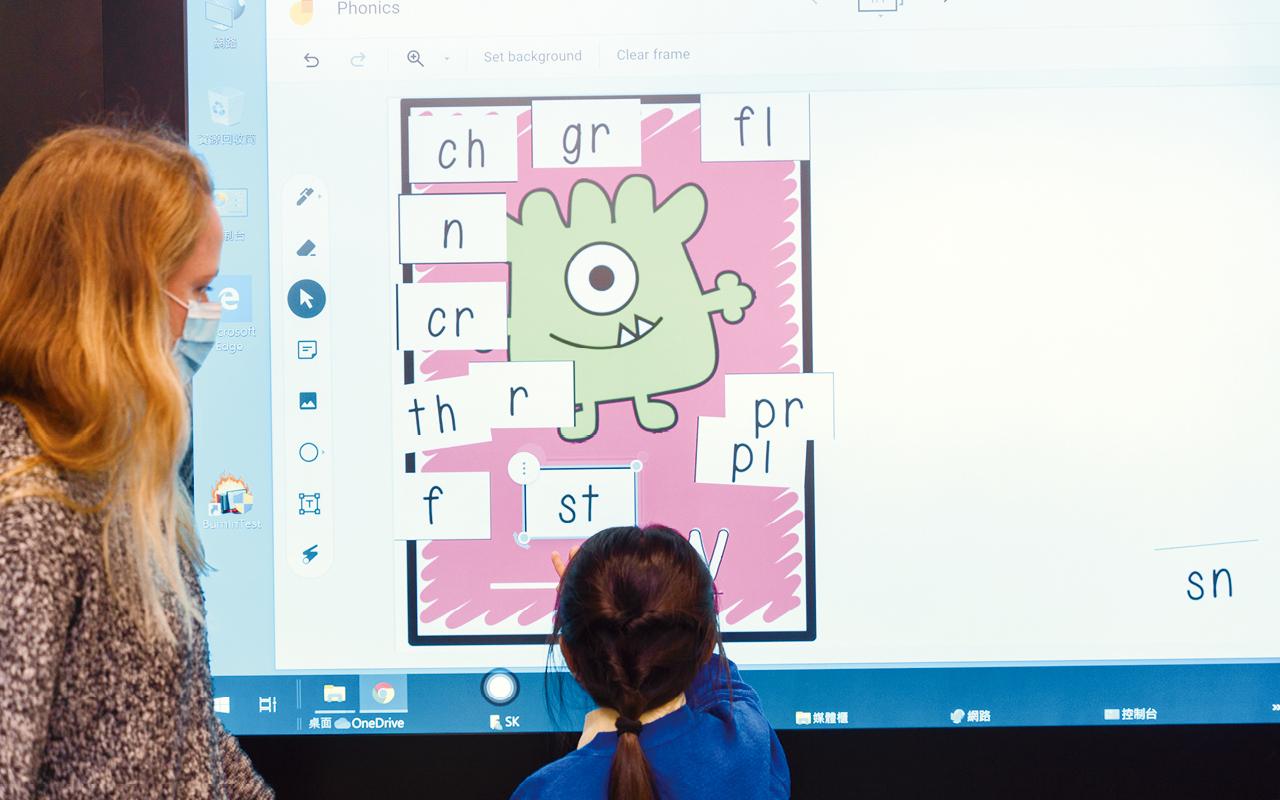 英文校本課業電子化,以電子教材配合教學,與紙本學習兩軌並行,能互補不足,全面提升教與學品質。
