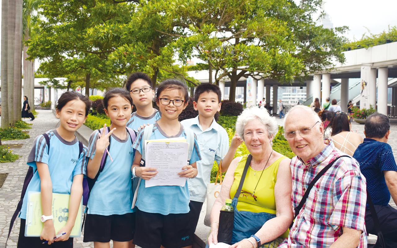 同學在平日也有出外交流的機會,如到星光大道訪問外地遊客等。