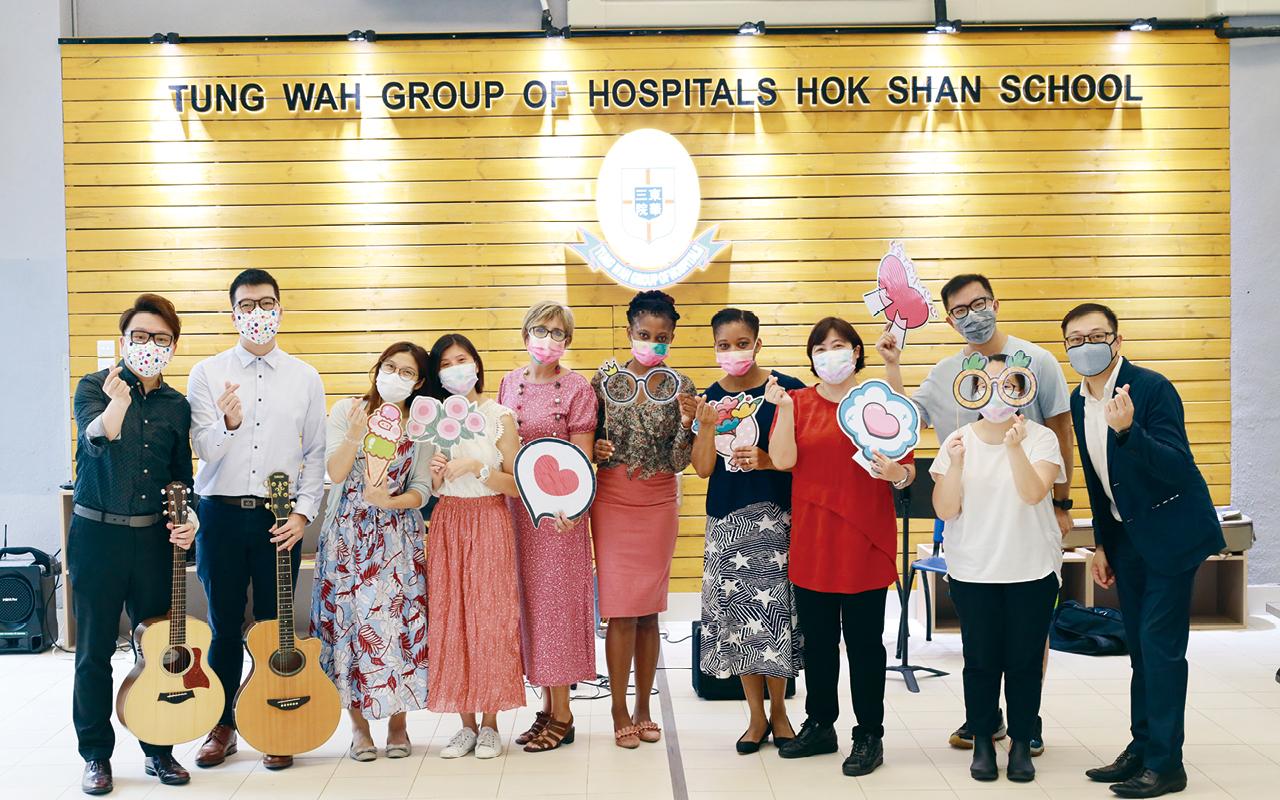 一位外籍老師在為學校設計了一個校本高小戲劇課程,是以高小生每星期均有一堂能接觸英語戲劇。