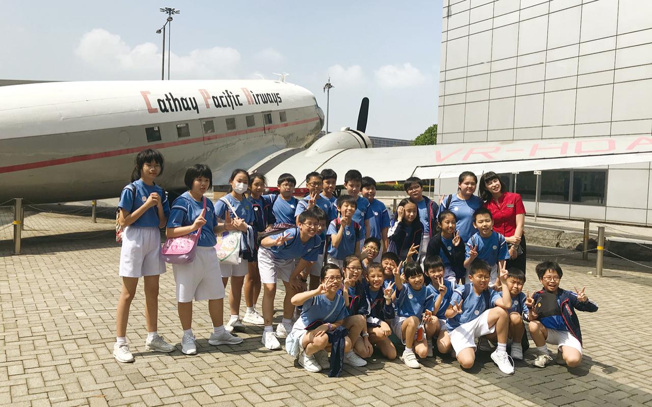 學校帶領學生到國泰城訪問飛機師,活動中不僅涉及聽說讀寫四大範疇的能力,學生亦可從中了解職業有趣的—面。