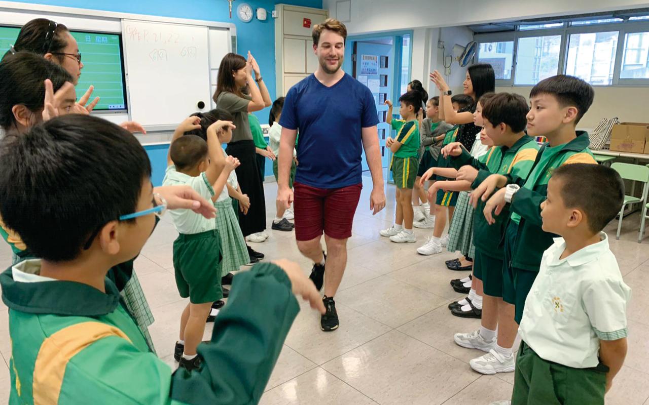 外籍英語導師透過英語戲劇,讓學生參與角色扮演,建立自信。