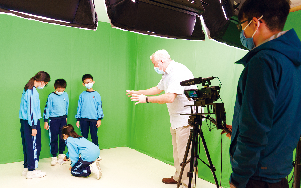 在疫情下,英語大使夥拍校園電視台,製作不同的英語節目。