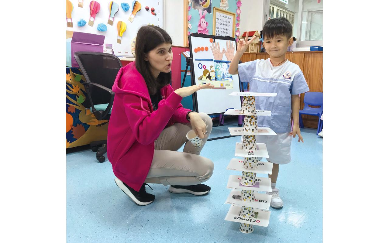 外籍教師日常亦會以英文活動小組,運用唱遊、戲劇、遊戲等形式,讓幼兒輕鬆愉快地學習。