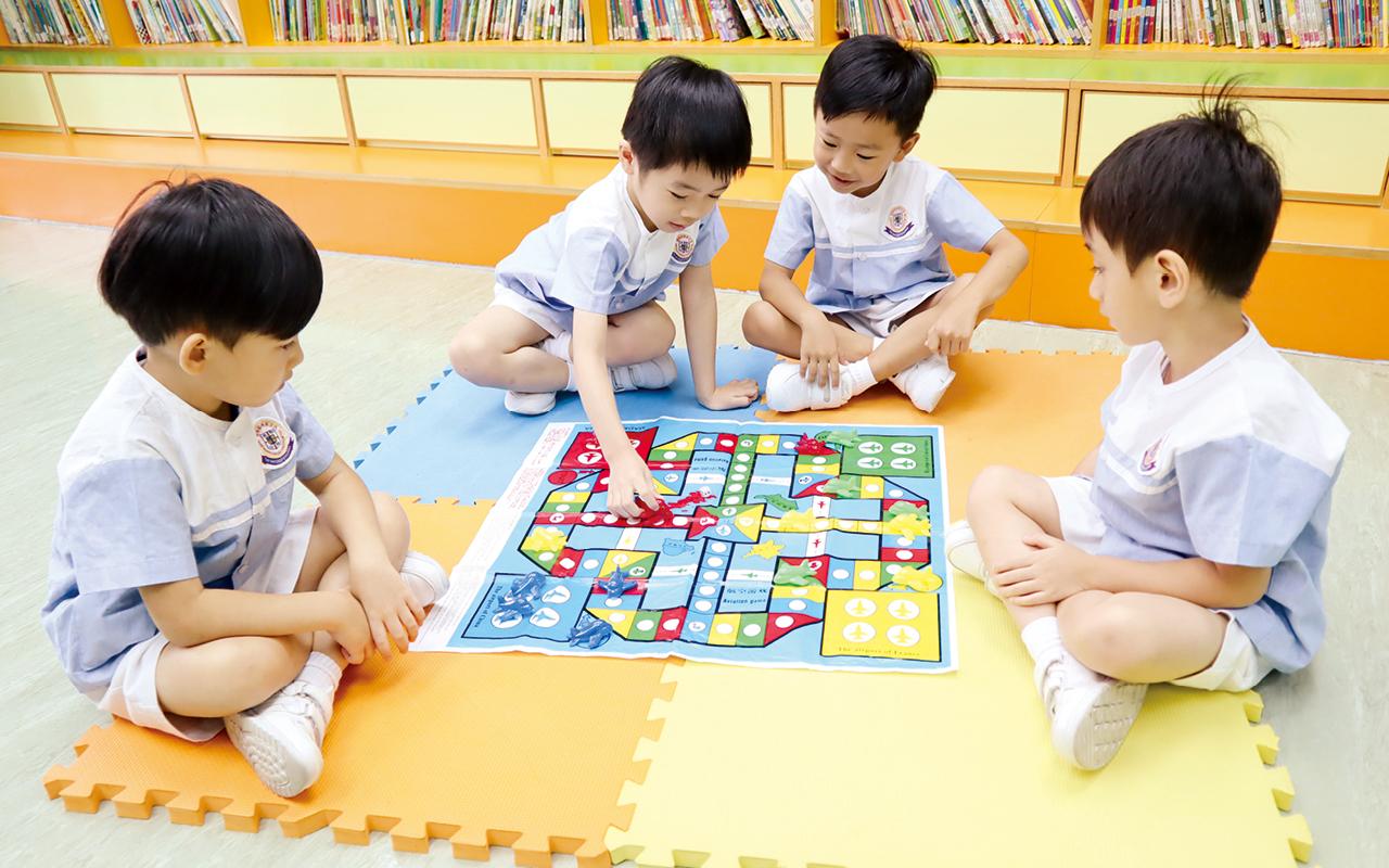 小朋友可在指定時間內到大型玩具櫃中,自由拿取玩具到不同區域,與不同的朋友自由探索玩具的玩法。