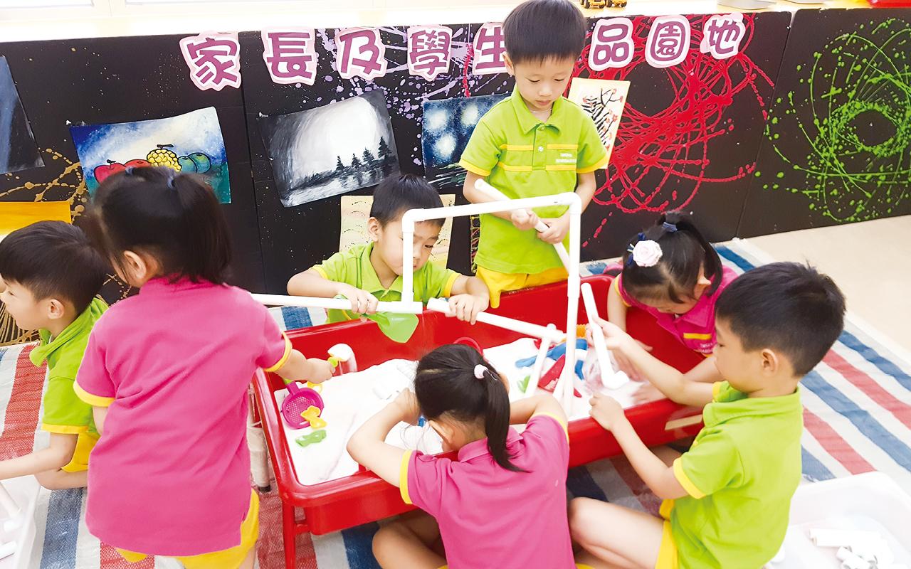 為配合教學,學校會騰出較大的空間讓老師設計遊戲活動區,並提供不同種類材質的玩具及物料,擺放自製紙皮迷宮、自由組合攀爬架等。