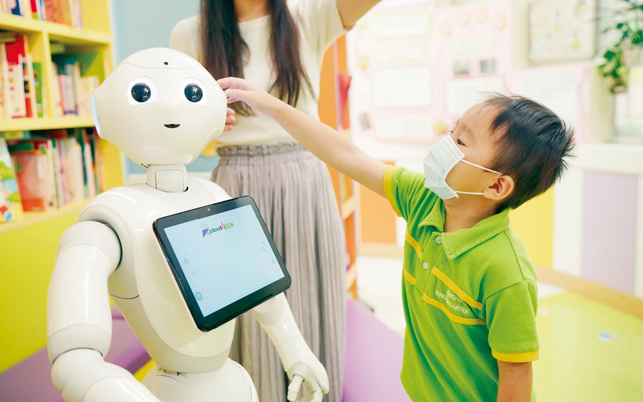 老師透過機械人的人形外表優勢,大大提升學童的學習動機及專注力。同時,藉著機械人移動的功能,突破以往的教學難點,讓學生明白方位,方向這些抽象的概念。