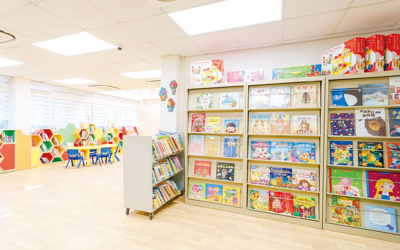 麥校長非常喜歡繪本教學,學校圖書館每本作品都是她親自挑選的,而且選書十分精彩,由大師作品如宮西達也到冷門的兒童文學作品如《野獸國》等。