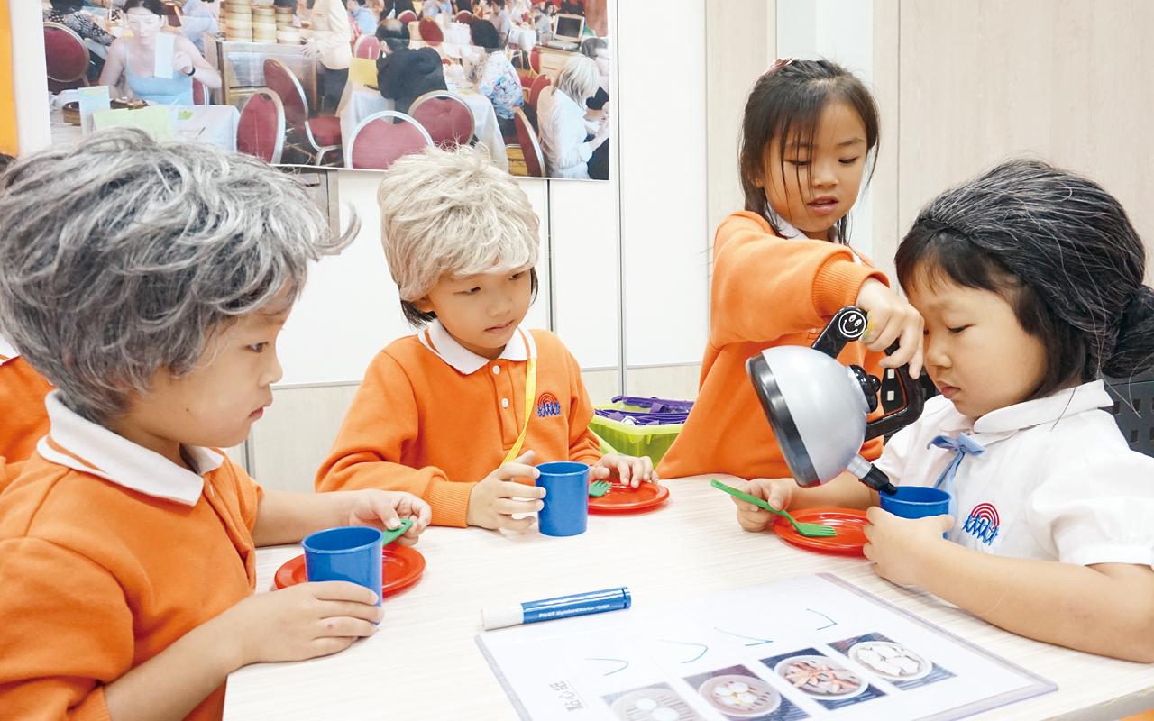 Messy Play之所以對小朋友特別重要,全因幼童需要多接觸不同物料,刺激五感,加上自行探索物料質感,不僅可以鍛練小肌肉,刺激腦部發育,有更均衡的發展。