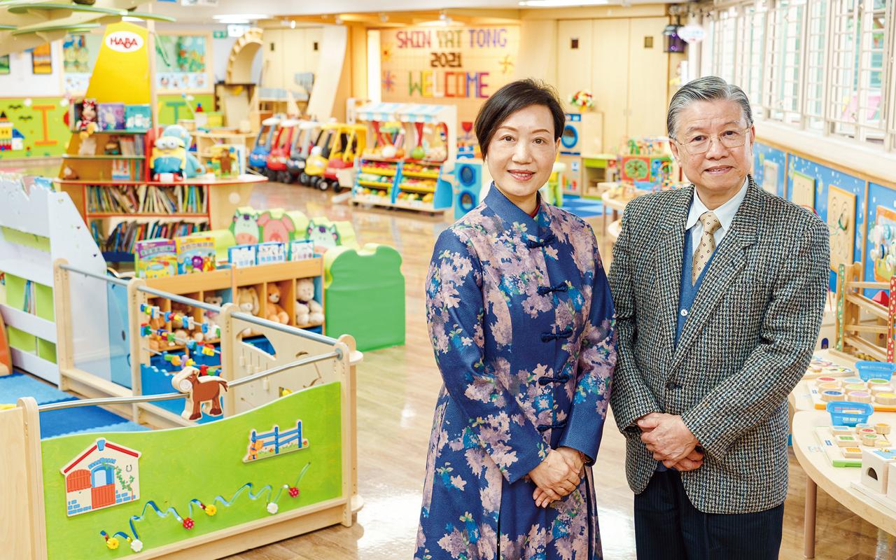 周惠英校長(左)
