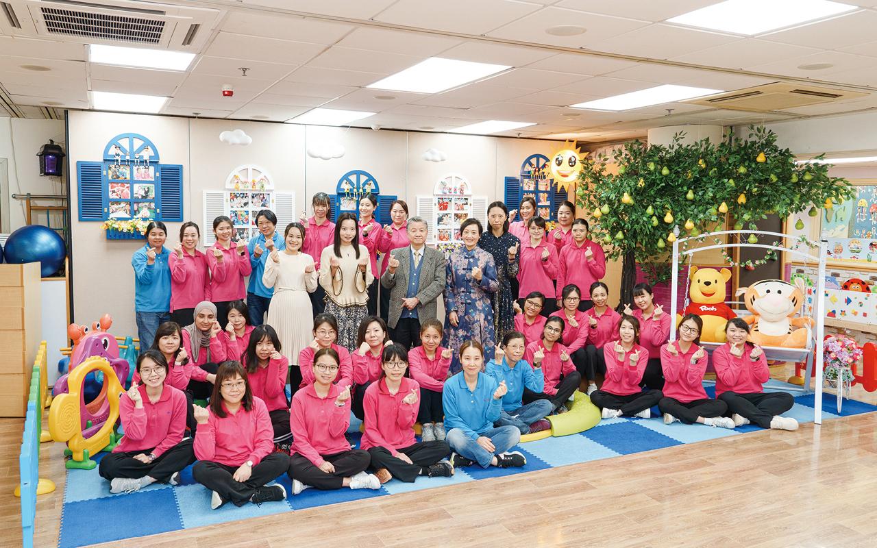 善一堂逸東幼稚園教師團隊充滿活力、富教學熱誠和專業,每位教師發揮自己的長處,為學校貢獻力量,與孩子一起學習和成長。