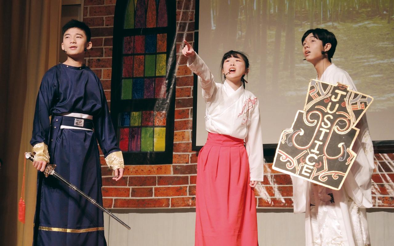 中四的班際英語話劇比賽是恩主教的重頭戲,勝出班別會向全校公演,成為校內文化一部分。