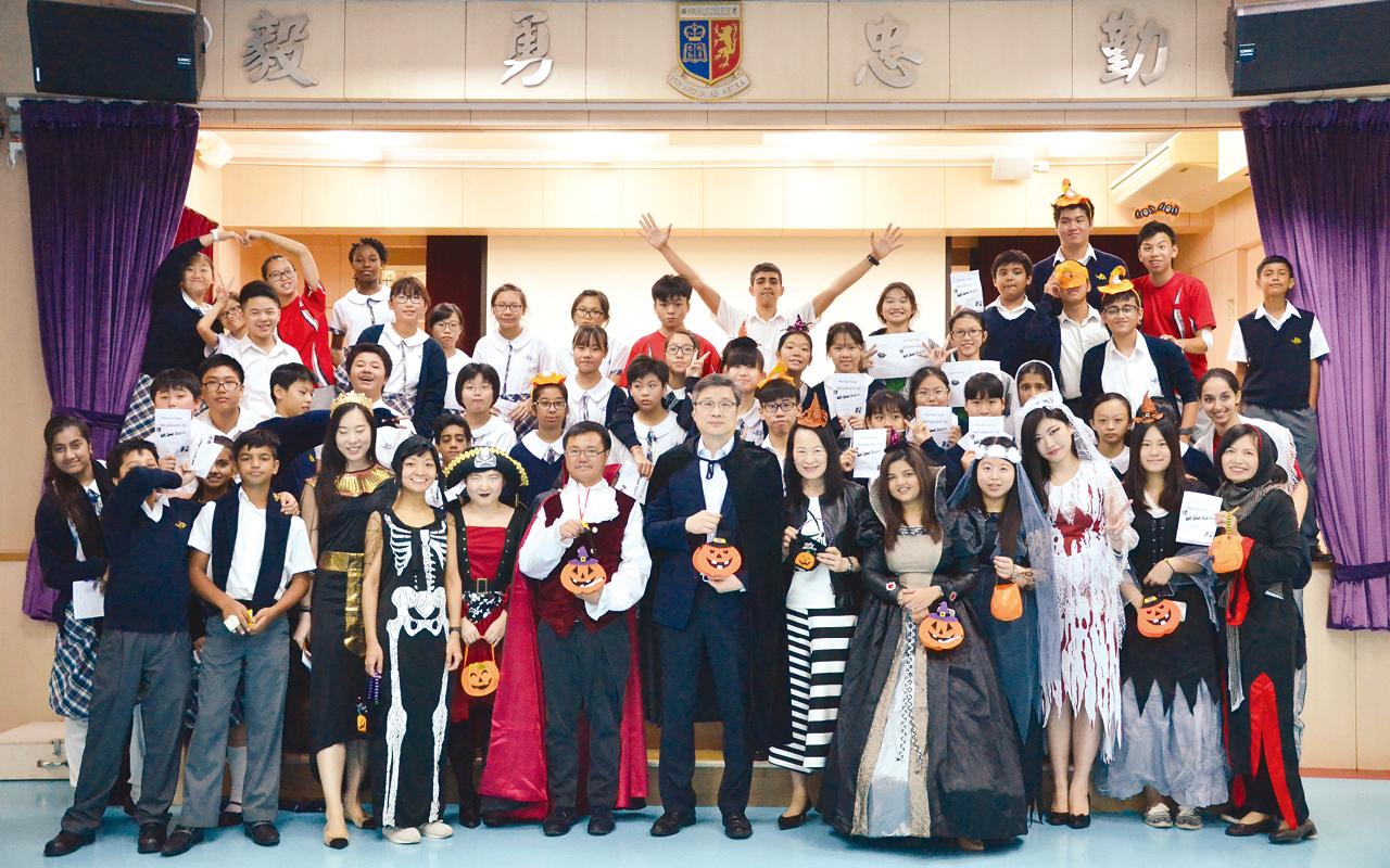 每年萬勝節,師生盛裝打扮一起玩英文小遊戲。