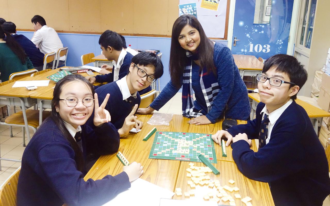 學生投入Scrabble串字比賽。